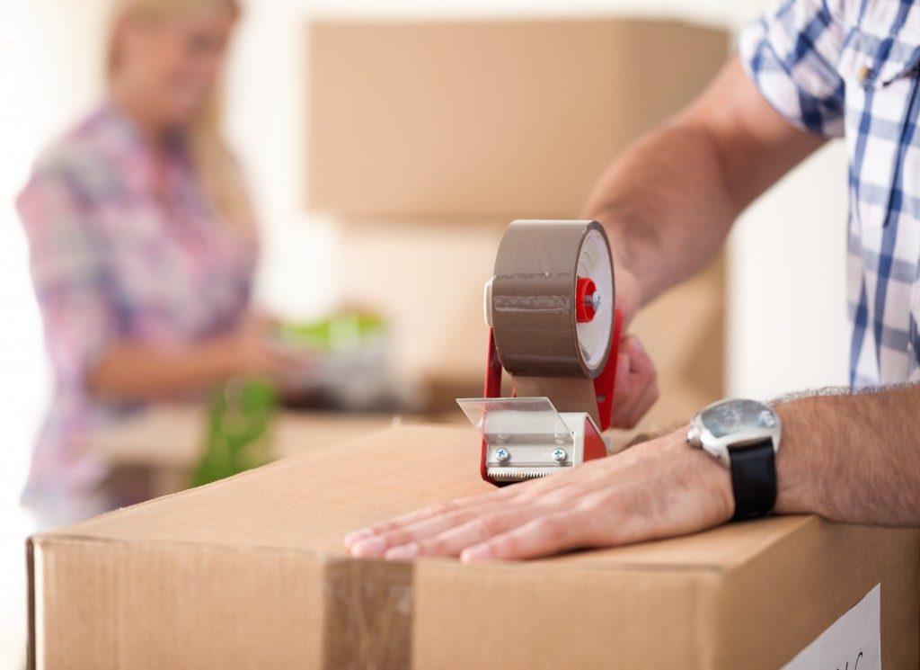 hand packing cardboard box