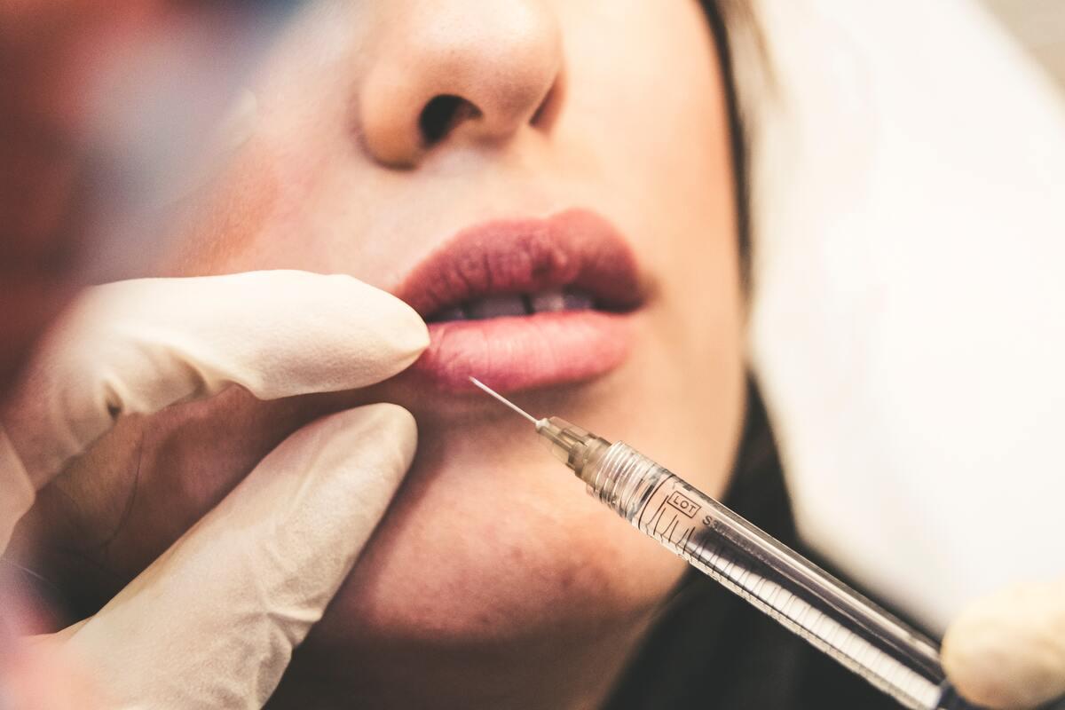 applying botox in lips